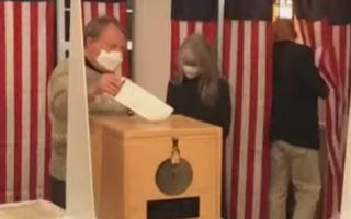 Video: Những hình ảnh đầu tiên tại 2 điểm bầu cử, Trump - Biden chia nhau chiến thắng