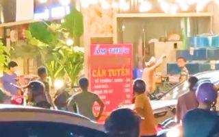 Video: Công an vào cuộc vụ 2 nhóm thanh niêm cầm hung khí 'náo loạn' quán ăn ở quận Tân Phú