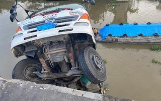 Video nóng: Sập cầu, xe tải chở 15 tấn lúa rơi xuống sông ở Tiền Giang