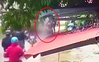 Video: Cháu bé ngã từ xe đạp điện vô tình bị xe tải cán tử vong