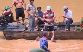 Video: Lật thuyền khi đi thả cá phóng sinh, 2 người chết đuối