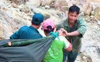 Video: Chồng đi giúp dân, vợ sẩy thai khi băng rừng cõng hàng cứu trợ