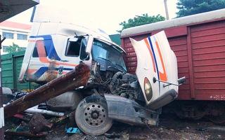 Video: Nhân viên không kéo gác chắn, tàu hỏa tông đứt lìa xe container
