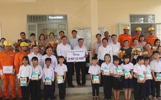 Tổng công ty điện lực miền Nam thăm hỏi trao quà cho thầy cô và học sinh xã khó khăn