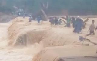Video: Khoảnh khắc 3 phụ nữ suýt bị cuốn trôi khi đi nhận hàng cứu trợ