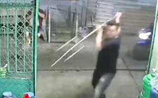 Video: Hơn 10 đối tượng cầm mã tấu, chĩa... truy sát một thanh niên ở Bình Tân