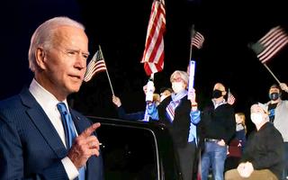 Video: Ông Biden chạy bộ ra sân khấu trong tiếng reo hò của người ủng hộ