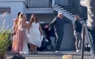 Video: Tổng thống Donald Trump vui vẻ chụp ảnh cùng một cô dâu sau khi ông Biden công bố chiến thắng