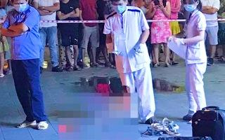 Video: Bé trai rơi từ tầng 8 xuống đất tại một chung cư ở TP.HCM