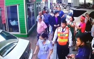 Video: Cụ ông 70 tuổi đạp nhầm chân ga, lao xe vào cửa hàng