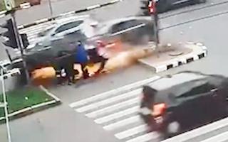 Video: Ôtô lao vào nhóm người chờ qua đường ở Ukraine