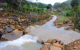 Video: Người cha và 2 con nhỏ bị nước lũ cuốn tử vong ở Nha Trang