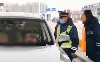 Video: 10 tuổi, lấy xe ở đại lý ô tô và lái đi trên cao tốc