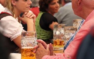 Video: Kiêng tuyệt đối bia, rượu 2 tháng khi tiêm vắcxin COVID-19?