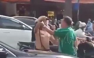 Video: 2 người đàn ông ghì cổ, chửi bới CSGT bị phạt 5 triệu đồng