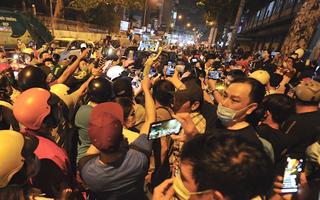 Video: Youtuber đua nhau livestream; diễn viên đăng video thi thể nghệ sĩ Chí Tài gây bức xúc dư luận
