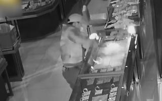 Video: Dùng xe 3 bánh kéo sập cửa cuốn tiệm vàng, lấy đi rất nhiều trang sức