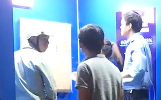 Video: Bị trừ tiền không rõ lý do, người đàn ông lấy búa đập trụ ATM ở Bình Dương