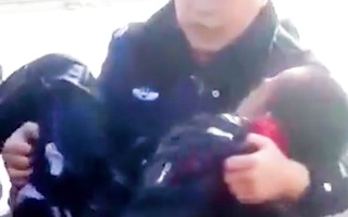 Video: Nghẹt thở giải cứu cậu bé rơi xuống hồ nước đóng băng