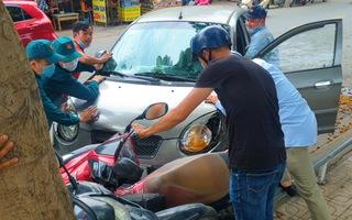 Video: Ô tô húc nhiều xe máy vào gốc cây ở công viên Tầm Vu, Bình Thạnh