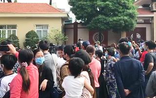 Video: Hàng trăm người tập trung ở khu vực nhà tang lễ chờ viếng cố nghệ sĩ Chí Tài
