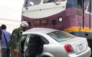 Video: Cố vượt qua đường ray, ôtô bị tàu hỏa đâm mạnh và kéo lê 3m