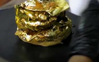 Video: Độc đáo bánh mì kẹp thịt bọc bằng vàng lá 24k