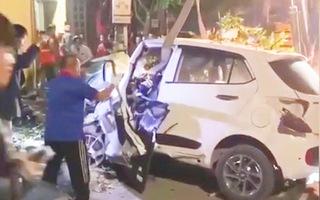Video: Phá cửa, giải cứu tài xế bị mắc kẹt sau khi đâm vào cột điện