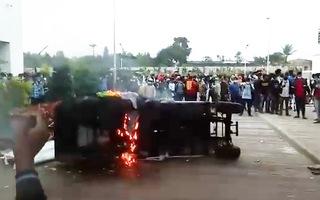 Video: Công nhân nhà máy Apple bạo loạn vì bị nợ lương