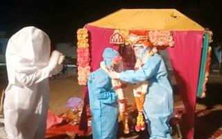 Video: Cô dâu nhiễm COVID-19, chú rể mặc đồ bảo hộ tổ chức lễ cưới