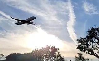 Video: Máy bay chở thi hài cố nghệ sĩ Chí Tài đã hạ cánh xuống sân bay Los Angeles, Mỹ