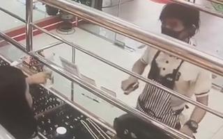 Video: Người đàn ông táo tợn nổ súng cướp tiệm vàng ở Thái Lan