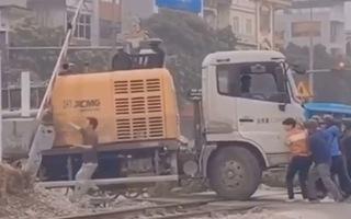 Video: Thót tim cảnh giải cứu xe tải bị kẹt trên đường ray khi tàu đang lao tới