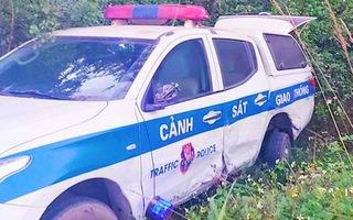 Video: Tài xế say rượu tông văng xe tuần tra của cảnh sát giao thông ở Hòa Bình