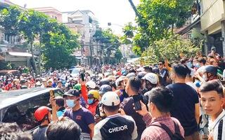 Vụ văng tục xúc phạm vợ cố NS Chí Tài: Hàng trăm người tập trung trước phòng tập của gymer