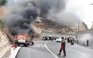 Video: Xế hộp tông vào vách núi rồi bốc cháy dữ dội, tài xế tử vong