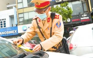Video: Bị dán thông báo phạt nguội trên kính, nhiều tài xế ở Hà Nội ngỡ ngàng