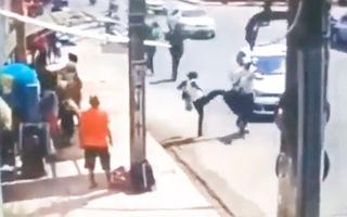 Video: Người phụ nữ tung cú đá hạ gục tên cướp trên đường phố
