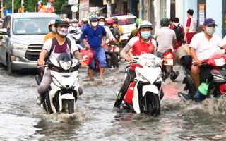 Video: Triều cường dâng cao, học sinh, công nhân bì bõm lội nước về nhà