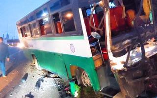 Video: Xe chở công nhân tông loạn xạ, 30 người thoát chết ở Đồng Nai