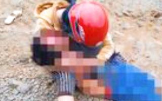 Video: Con trai 6 tuổi bị xe ben cán tử vong, mẹ ôm thi thể gào khóc thảm thương