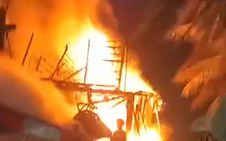 Video: Tàu cá bốc cháy dữ dội trong đêm