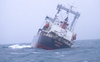 Video: Nghẹt thở cứu 11 thuyền viên tàu chở 8.000 tấn đất sét bị chìm gần đảo Phú Quý