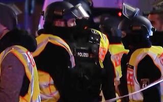 Video: Xịt hơi cay tấn công cướp xe vận chuyển tiền