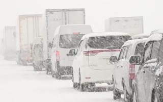 Video: Tuyết rơi dày, cả ngàn ôtô không thể di chuyển