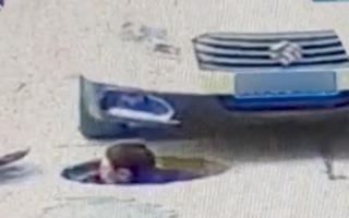 Video: Nam công nhân thò đầu lên từ miệng cống bị... ôtô cán trọng thương