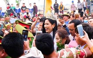 Video: Đông đảo người dân xứ Thanh đón hoa hậu Đỗ Thị Hà