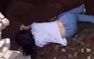 Video: Cô gái bị hố 'tử thần nuốt chửng' khi đang đi bộ trên đường