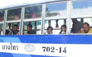 Video: Tài xế thất nghiệp vì COVID-19 đã biến xe buýt thành quán mì hút khách
