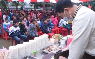 Đỏ lửa xuyên đêm nấu hơn 2.000 tô phở tặng trẻ em vùng núi Nghệ An